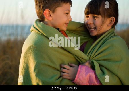 Kinder zusammen in im Freien, Decke gehüllt Porträt - Stockfoto