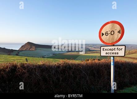 Wegweiser auf der National Cycle Route Nummer 2 in einer klaren Morgen Januar in East Devon mit hohen Gipfel in - Stockfoto