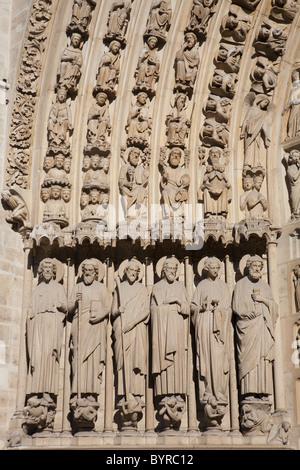Detail der Apostel Statuen des jüngsten Gerichts im zentralen Portal zur Kathedrale Notre-Dame; Paris, Frankreich - Stockfoto