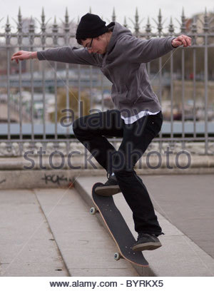 Teenager skateboarding in Paris Frankreich - Stockfoto