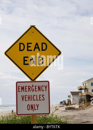 Ende des Zeichens Straße Nags Head North Carolina Outer Banks Strand liegt darüber hinaus die Zeichen nur Einsatzfahrzeuge - Stockfoto