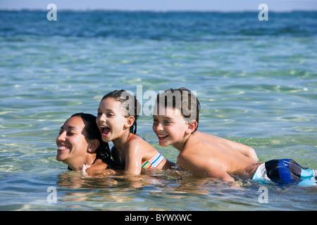 Mutter + 2 Kinder auf ihr zurück in das Wasser - Stockfoto