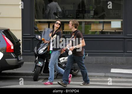 Paare, die zusammen auf der Straße in der Stadt von Paris Französisch. - Stockfoto