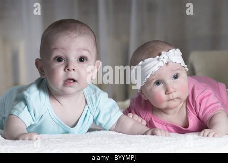 Zwei kleine Babys liegt im Bett. Durchtrainierten Bild. - Stockfoto