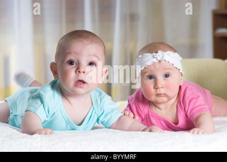 Zwei kleine Babys liegt im Bett - Stockfoto