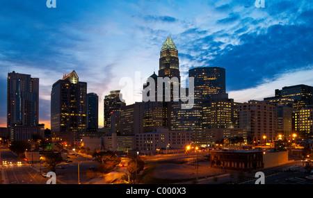 Die Skyline der Innenstadt in der Morgendämmerung in Charlotte, North Carolina, USA - Stockfoto