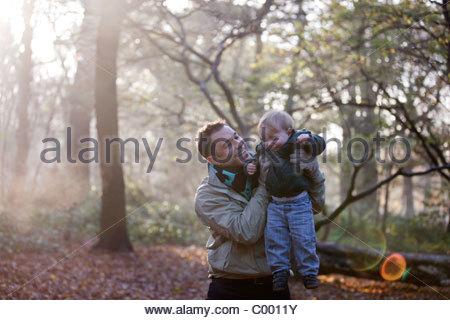 Ein Vater mit seinem Sohn im park - Stockfoto