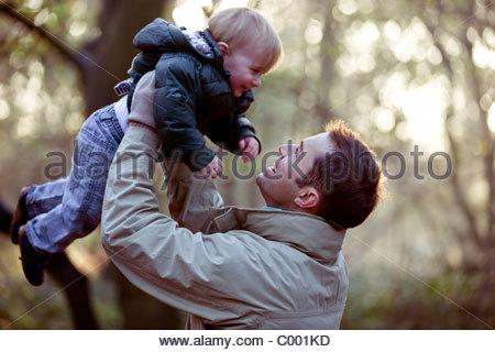 Ein Vater seinen Sohn in die Luft heben - Stockfoto