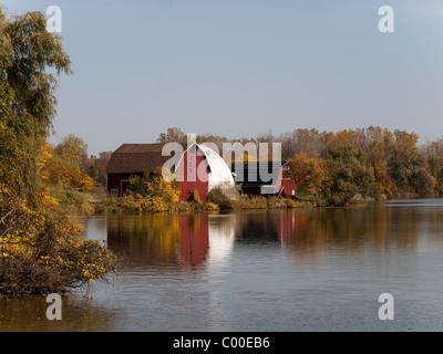 Alte landwirtschaftliche Gebäude mit roten Scheune entlang Mott-See bei Huckleberry Railroad in Michigan. - Stockfoto
