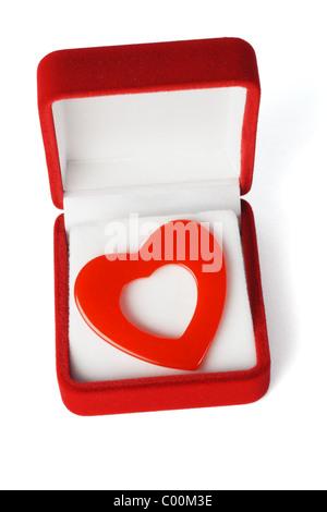 Herzsymbol Form Liebe in roten Schmuckschatulle auf weißem Hintergrund - Stockfoto