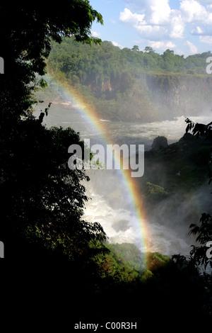 Rio Iguaçu [Iguazu Wasserfälle] mit Regenbogen die untere Spur auf der argentinischen Seite entnommen - Stockfoto