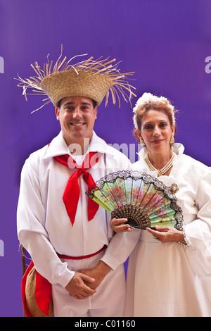 Ein paar gekleidet in Puerto Rico Tracht auf dem Festival von San Sebastian in San Juan, Puerto Rico. - Stockfoto