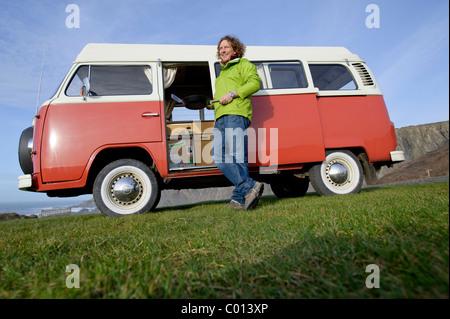 ein Mann und sein Van