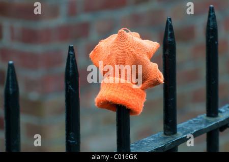 Ein verlorene Handschuh auf Park Geländer gelegt. - Stockfoto