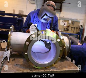 Zwei Schweißer arbeiten gemeinsam an Rohrleitungen - Stockfoto