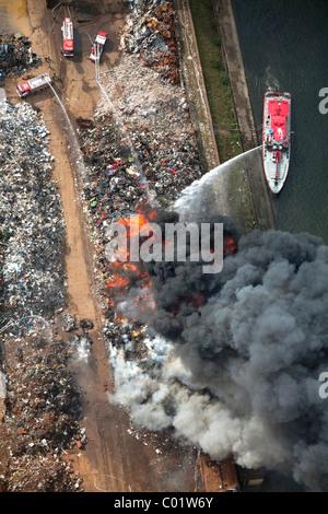 Luftaufnahme Rauch Feuer Auf Einer Schrott Insel Im Duisport Binnenhafen Duisburg Ruhrgebiet