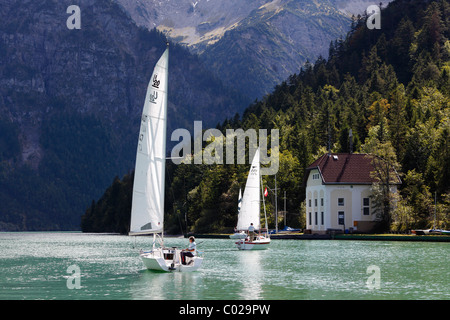 Segelboote am Plansee See, Seespitz, Ammergauer Alpen, Tirol, Österreich - Stockfoto