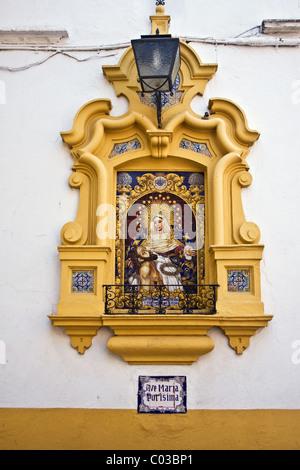 Religiöse gekachelte Bild/Symbol eingelassene Wand neben Postigo del Aceite (Tor in der alten Stadtmauer) Calle - Stockfoto