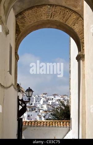 Zeigen Sie durch Torbogen an, Vejer De La Frontera, Costa De La Luz, Andalusien, Spanien - Stockfoto