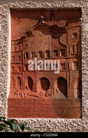 Gedenktafel an das ehemalige Rathaus, 1641-1887, Max-Joseph-Platz 22, Rosenheim, Upper Bavaria, Bavaria, Germany, - Stockfoto