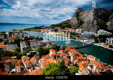 Stadt Omis und Fluss Cetina, Kroatien, Europa - Stockfoto