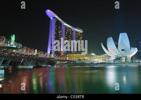 Das Marina Bay Sands Hotel und Integerated Resort von der Marina Bay Promenade aus gesehen. - Stockfoto