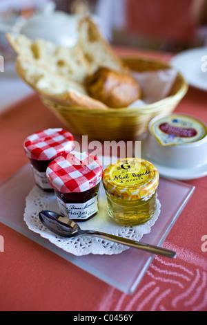 Französische Marmelade Honig Butter Brot und Schmerzen au Chocolat Frühstück im Hostellerie Les Griffons, Bourdeilles, - Stockfoto