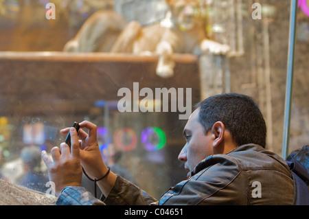 Ein Mann nimmt ein Foto im Lion Habitat im Las Vegas MGM Grand Hotel and Casino - Stockfoto