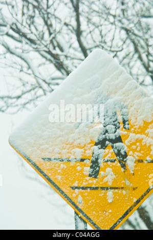 Zebrastreifen/Kreuzung Zeichen teilweise mit Schnee bedeckt - Stockfoto