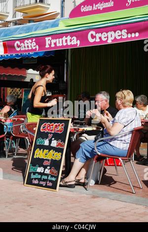 Italienische Café Ovelooking Strand in Puerto de Mogan auf Gran Canaria, Kanarische Inseln, Spanien - Stockfoto