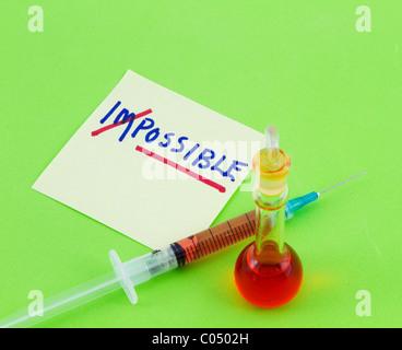 Hinweis mit Wort, möglich, betonte aus unmöglich mit Spritze und Becher auf energetische grünen Hintergrund. - Stockfoto