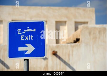 Straßenschild in Doha, Katar zeigt einen Ausgang in englischer und arabischer Sprache Skript - Stockfoto