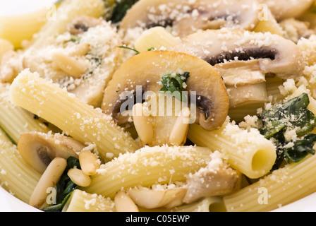 Rigatoni mit Pilzen und parmesan - Stockfoto