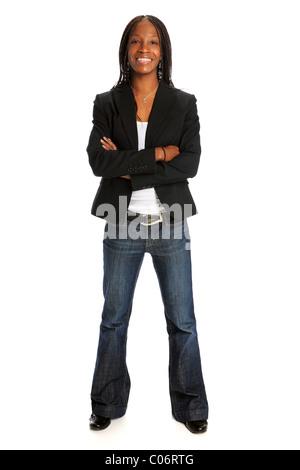 Porträt des jungen afroamerikanischen Frau mit Arme gekreuzt weißen Hintergrund isoliert - Stockfoto
