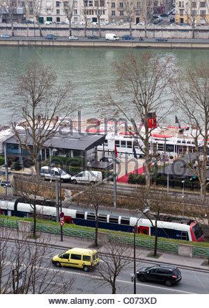 Fluss Seine Paris Frankreich - U-Bahn-Waggons und Boot - Stockfoto