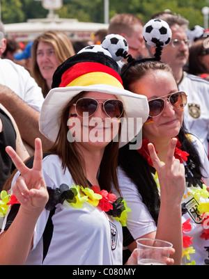 Zwei weibliche Fußballfans, die Teilnahme an der öffentlichen Vorführung vor dem Olympiastadion während der FIFA - Stockfoto