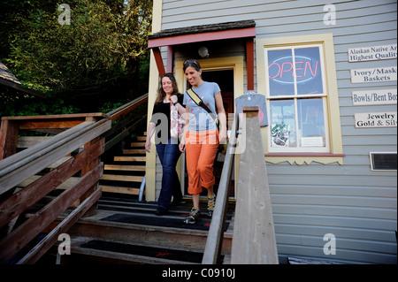 Zwei Frauen laden entlang der Creek Street in Ketchikan, südöstlichen Alaska, Sommer - Stockfoto