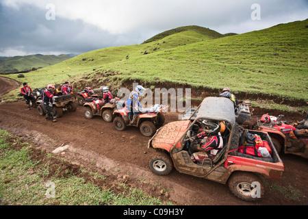 Eine Gruppe von Menschen mit ihren ATVs in einen Feldweg aus Catemaco, Coatzacoalcos, Veracruz, Mexiko. - Stockfoto