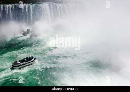 Niagara-Fälle mit einem Ausflugsschiff, Ontario, Kanada - Stockfoto