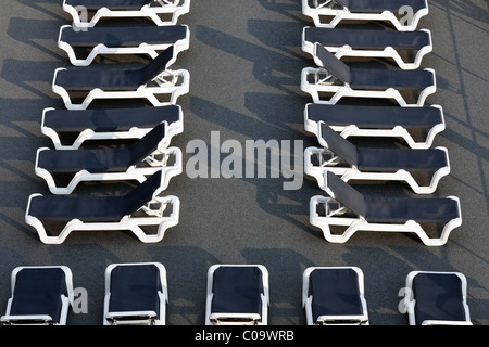 Zwei Reihen von ausgerichteten leere Liegestühle an Deck eines Kreuzfahrtschiffes Schiff auf dem Rhein, Ruhrort, - Stockfoto