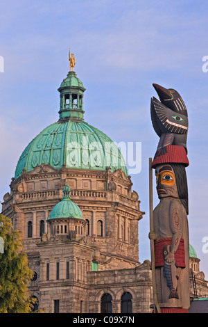 Totempfahl vor dem British Columbia Parlamentsgebäude am Innenhafen in Victoria, British Columbia, Kanada. - Stockfoto