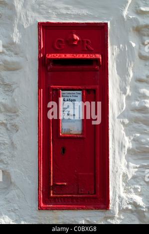 einen traditionellen roten englischen Briefkasten - Stockfoto