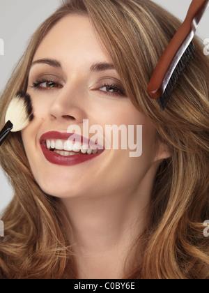 Porträt einer schönen lächelnde junge Frau mit ihrem Haar und Make-up gemacht - Stockfoto