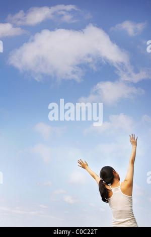 Junge Frau mit ausgestreckten Armen, Rückansicht - Stockfoto