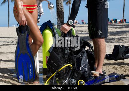 Taucher spülen Sie ihre Ausrüstung nach dem Tauchgang - Stockfoto