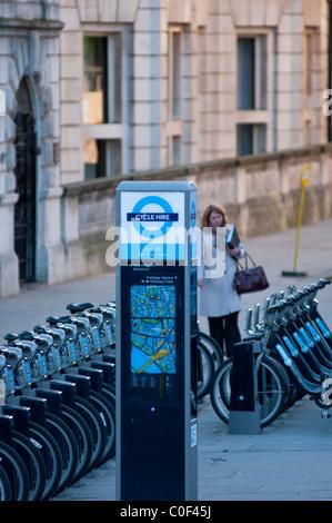 Mautstation und Reihen von Fahrrädern für die neue Bürgermeisterwahlen TFL Initiative London Fahrräder zu mieten, - Stockfoto