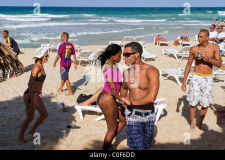 Teenager in Playa del Este, Santa Maria Del Mar, in der Nähe von Havanna Kuba tanzen - Stockfoto