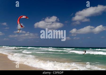 Kitesurfer am Playa del Este in der Nähe von Havanna Kuba - Stockfoto