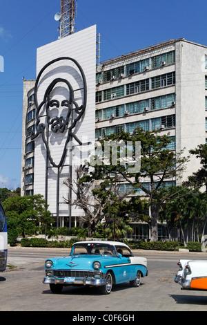 Placa De La Revolucion Jose Mart, Square, Oldtimer-Taxi, Che Guevara, Havanna, Kuba, Karibik - Stockfoto