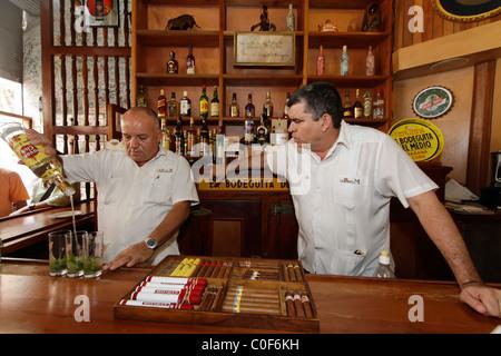 La Bodeguita del Medio, Havanna Viejo, Hemingways Bar in Havanna, Kuba, - Stockfoto